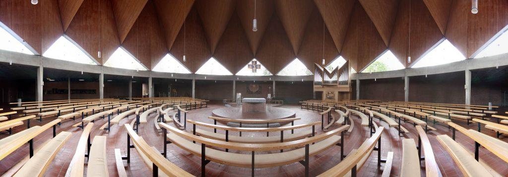 Panoramabild der Innenansicht der Heilig-Engel-Kirche