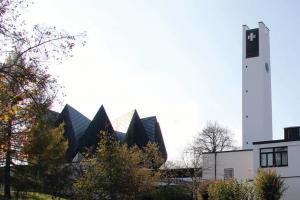 Heilig-Engel-Kirche vom Pfarrgartenaus
