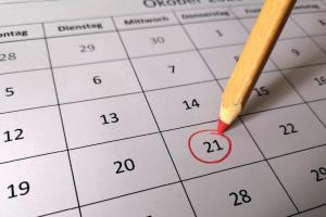Stift der einen Tag auf dem Kalender markiert