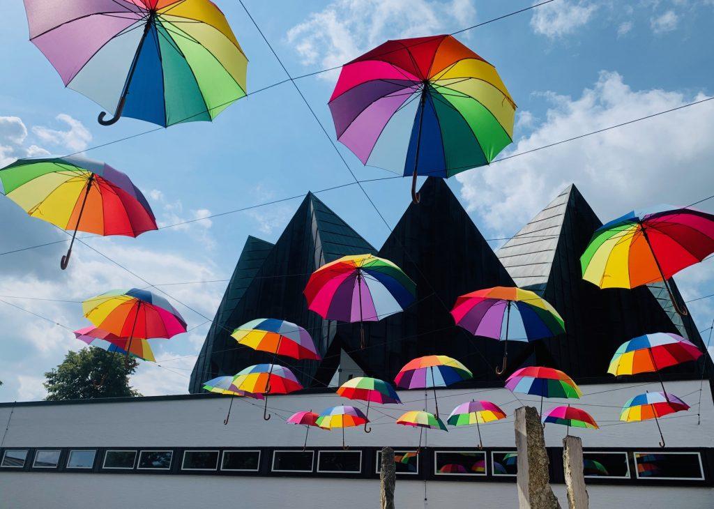 Schirme im Innenhof der Heilig-Engel-Kirche